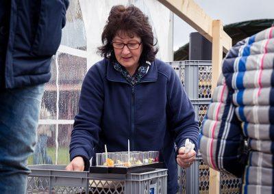 Helfende Hände bei den Olivenöl Abholtagen 2019