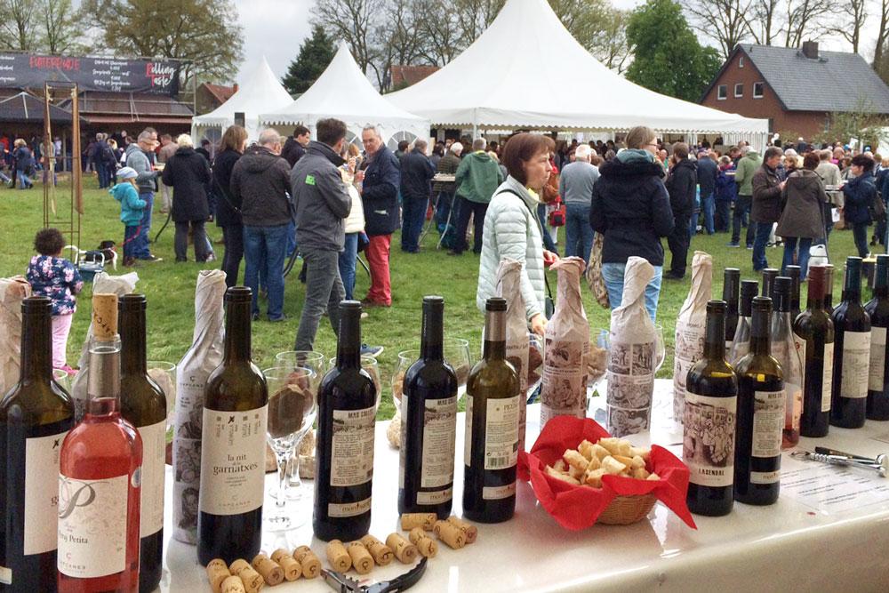 arteFakt-Olivenölkampagne – Weine - Marktstand